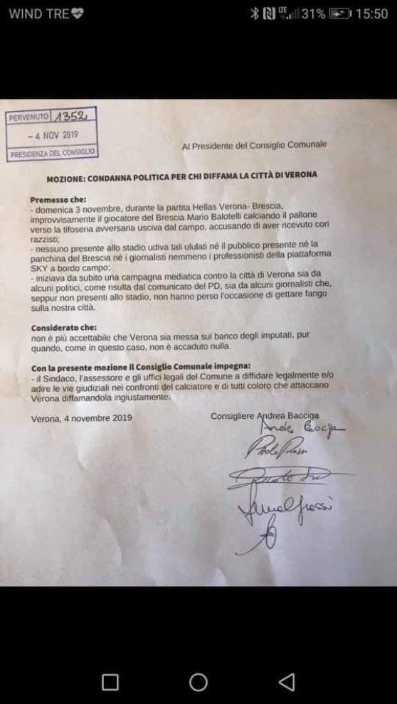 Razzismo, cinque consiglieri comunali di Verona chiedono di denunciare Balotelli per diffamazione