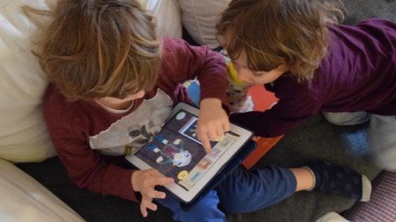 Il tempo passato davanti allo schermo modifica il cervello dei bambini