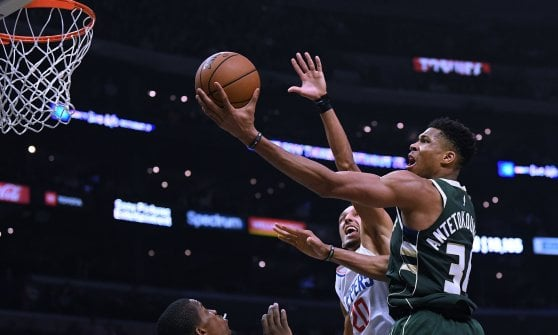 Basket Nba: Harden travolge Golden State, Antetokounmpo-show in casa Clippers