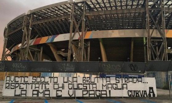 Napoli, contestazione al San Paolo: cori contro giocatori e De Laurentiis. La squadra venerdì va in ritiro