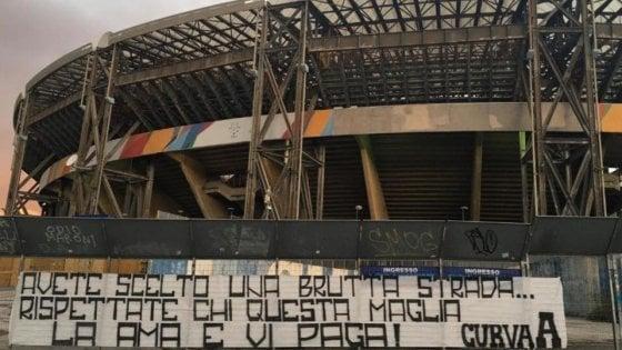 """Napoli, nuovo affondo ultrà contro i giocatori: """"Avete scelto una brutta strada"""""""