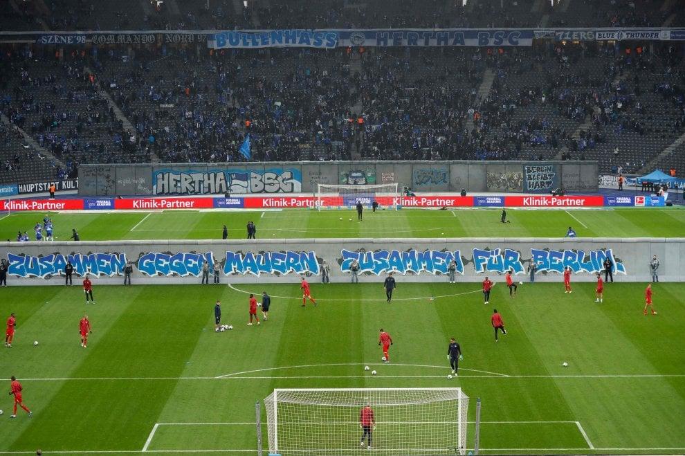 Berlino, coreografia da brividi: muro abbattuto in campo prima di Hertha-Lipsia