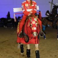 Gina Schumacher, che show: a cavallo in tuta Ferrari. E finge persino un pit stop