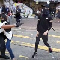 Hong Kong, poliziotto spara e ferisce un manifestante. E' in condizioni critiche