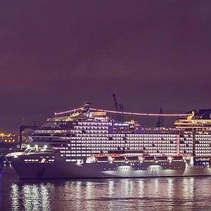 Amburgo, la nave da crociera dove sventola a bandiera per la difesa dell'ambiente e dei più deboli