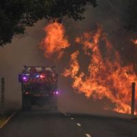 """Australia in fiamme: 4 vittime, 100mila case a rischio. Il commissario: """"Catastrofe senza..."""