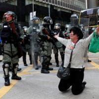 Nuovi scontri a Hong Kong. E la Cina blocca l'espatrio di Joshua Wong