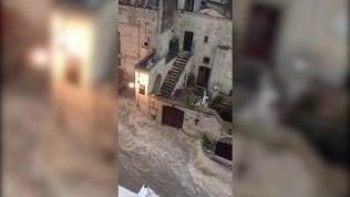 """La strada tra i Sassi di Matera """"sparisce"""": è diventata un fiume"""