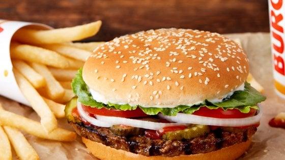 Burger King lancia Rebel Whopper, l'hamburger 100% vegetariano che sembra carne