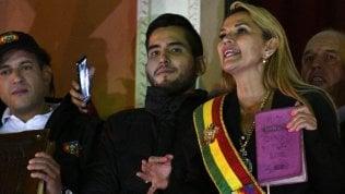"""Bolivia, Anez presidente anche senza quorum in Parlamento. Morales: """"E' un golpe"""""""