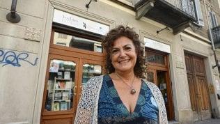 """Torino, il gesto della casa editrice nella giornata della gentilezza: """"Un cappotto e un libro a chi ne ha bisogno"""""""