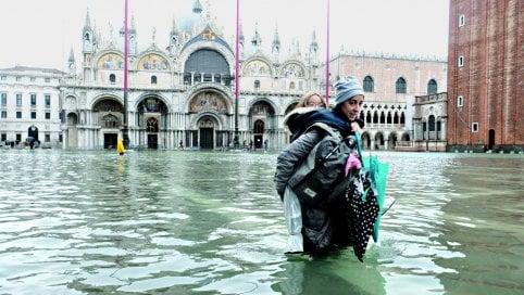 Venezia, alle 10,20 un'altra marea record. Due vittime, telefoni in tilt live meteo Possibili danni alla Basilica di San Marco, hotel sommersi RepTv Via Garibaldi è un fiume in piena
