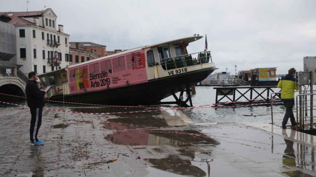 """Venezia, la marea si ferma a 150. Danni incalcolabili e proteste. Conte: """"Situazione drammatica che ci preoccupa""""."""