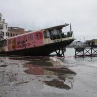"""Venezia, la marea si ferma a 150. Danni incalcolabili e proteste. Conte: """"Situazione..."""