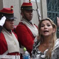 Bolivia, gli Usa riconoscono il governo Anez. Manifestante morto negli scontri