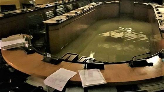 Lega e Zaia bocciano emendamenti dem sul cambiamento climatico e l'acqua alta inonda l'aula consiliare