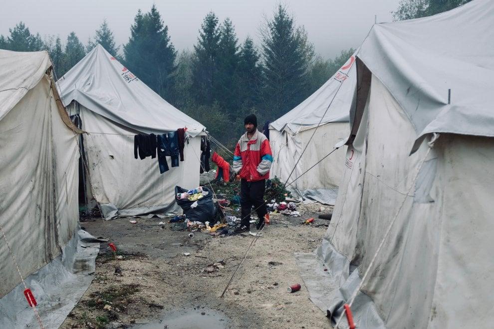 """L'Europa che respinge: i migranti bloccati tra Bosnia e Croazia. L'Onu:  """"Con l'inverno alle porte situazione disperata"""" - la Repubblica"""
