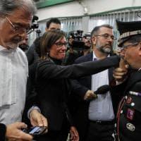 """Il baciamano del carabiniere a Ilaria Cucchi: """"Finalmente giustizia"""""""
