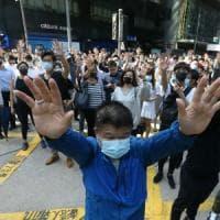 """Hong Kong, morto 70enne colpito da mattone negli scontri. Polizia: """"Omicidio"""". Migliaia..."""