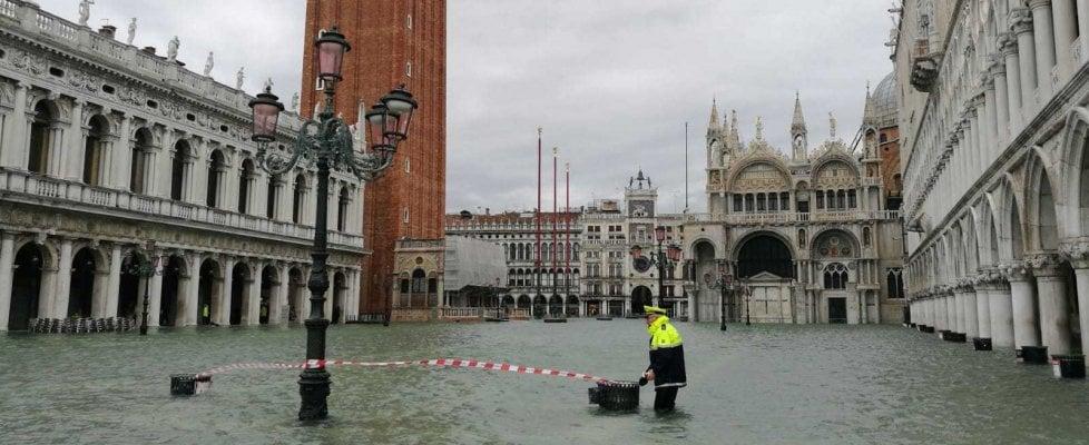 Venezia, torna la paura: chiusa piazza San Marco già invasa dall'acqua, si va verso i 160 cm