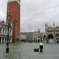 Venezia, torna la paura: piazza San Marco invasa dall'acqua, marea sostenuta arriva a 154...
