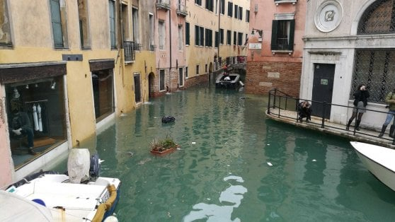 Venezia, torna la paura: piazza San Marco invasa dall'acqua, marea sostenuta arriva a 154 centimetri