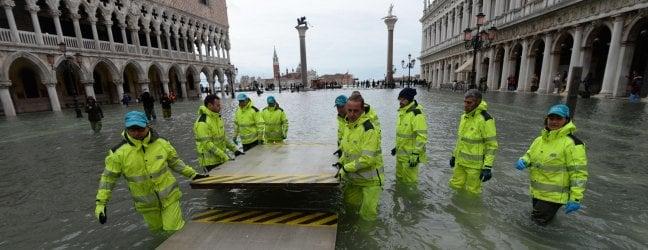 Acqua alta a Venezia: raggiunto il picco a 150 cm, la marea inizia a scendere live tv