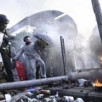 Hong Kong nel caos: frecce e catapulte contro polizia. Nuovi scontri nell'università...