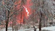 Video  Alberi cadono sui tralicci: rogo in mezzo alla neve a Bressanone