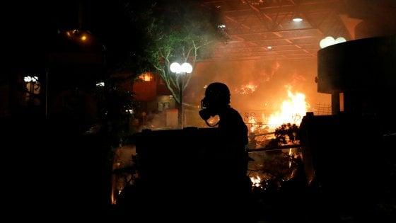 Hong Kong: la polizia nel Politecnico occupato dai manifestanti. Incendio, esplosioni e gas lacrimogeni: centinaia di arresti