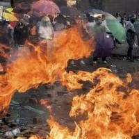 Hong Kong, la notte di scontri fra studenti e polizia