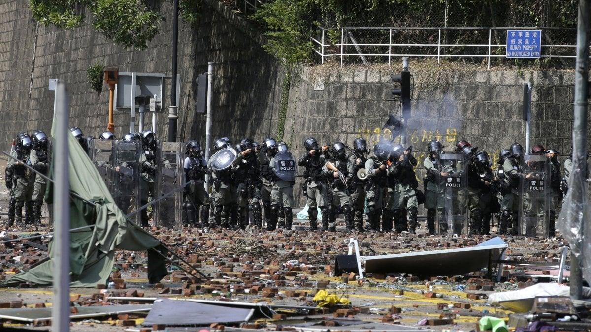 Hong Kong, la polizia assedia il Politecnico. Per l'Alta corte la legge che vieta le maschere è incostituzionale