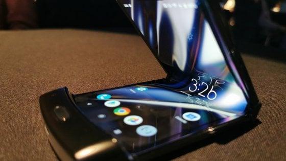 Ecco Motorola Razr, lo smartphone pieghevole che guarda al passato