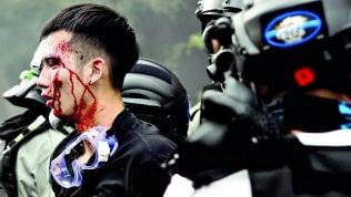 """Hong Kong, oltre 100 studenti ancora asserragliati nel Politecnico. La governatrice Lam: """"Arrendetevi"""""""