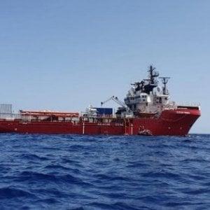 Migranti, la Ocean Viking soccorre un gommone in difficoltà