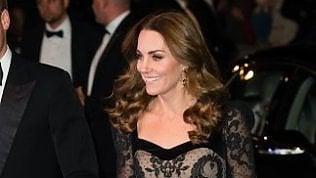 La monarchia inglese torna a brillare con Kate Middleton in abito lungo di pizzo le immagini