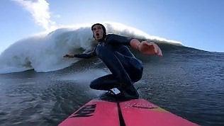 """La surfista doma l'onda più alta della sua vita: """"Sto volando"""""""