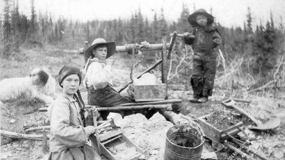 """La folle teoria su Greta che viaggia nel tempo: """"In quella foto del 1898 sembra lei"""""""