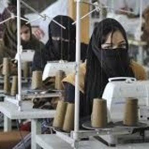 """Lavoro e salari dignitosi, la Campagna """"Abiti Puliti"""": """"Ecco quanto costa davvero un maglione da 39,67 euro"""""""