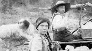 """La folle teoria su Greta Thunberg che viaggia nel tempo: """"In quella foto del 1898 sembra lei"""""""
