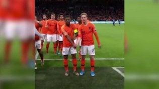 """L'esultanza speciale dei calciatori olandesi: """"No al razzismo"""""""