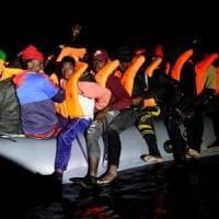 Migranti, l'allarme dell'Oim: partiti in 600 nelle ultime 48 ore, La metà ora sono su...