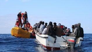 Migranti, ripartono i gommoni: sei corpi su spiaggia libica dopo naufragio, si teme per altri 60 dispersi
