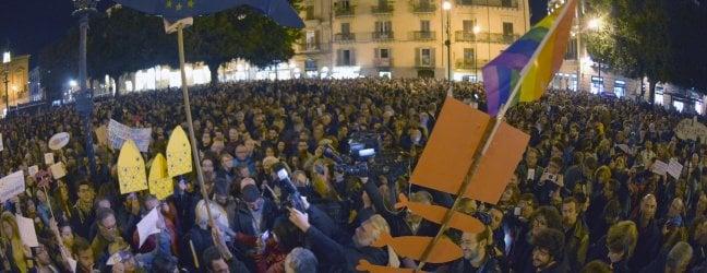 """Le """"sardine"""" invadono Palermo: cori e striscioni contro l'intolleranza fotoRep Tv La piazza canta 'Bella ciao' di GIORGIO RUTA"""