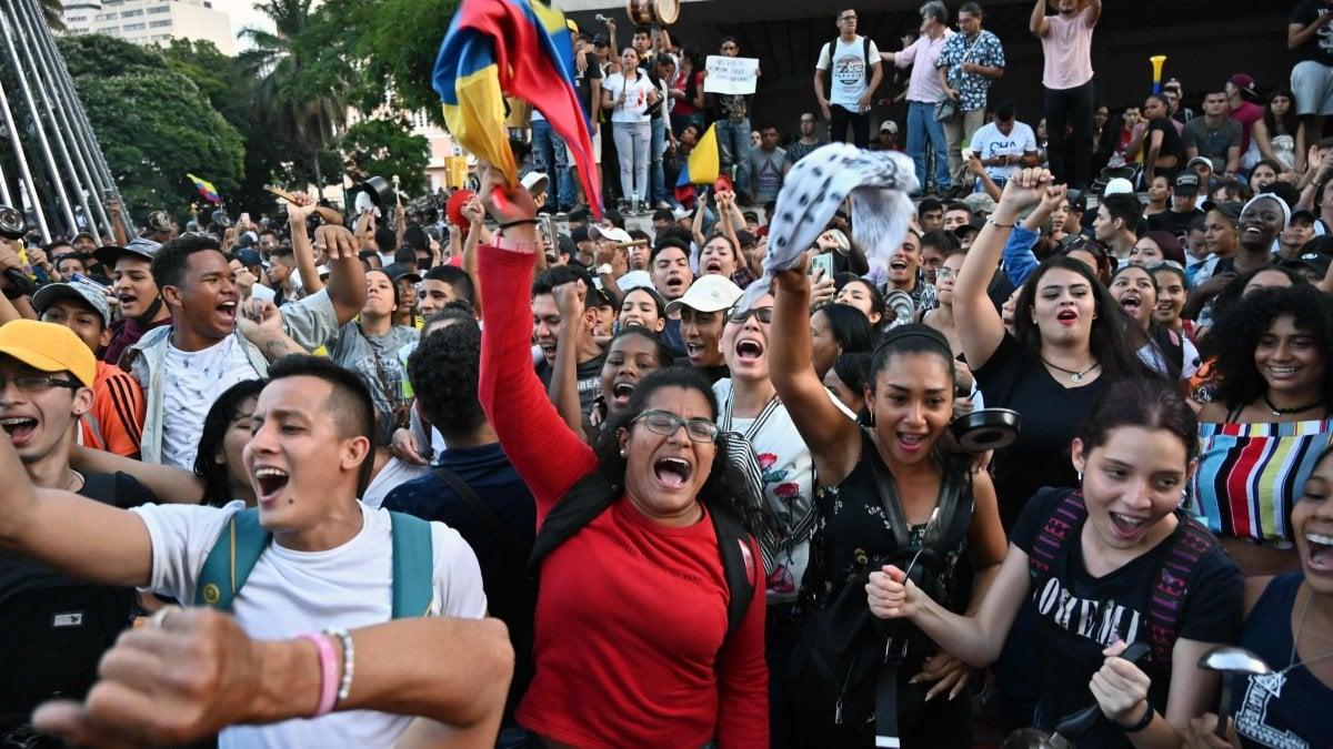 Colombia nel caos, coprifuoco a Bogotà e il presidente mobilita l'esercito. Tre poliziotti morti