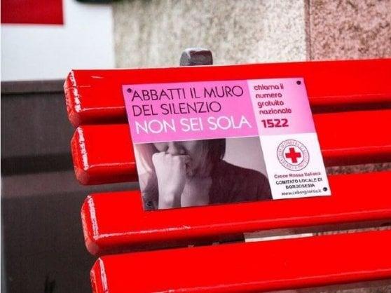 Panchine rosse, cortei, mostre, corsi: un 25 novembre di iniziative in tutta Italia