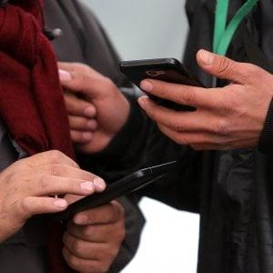 """Addio alla """"tesserina"""" nel telefono: la sim diventa virtuale e gli operatori si adeguano"""