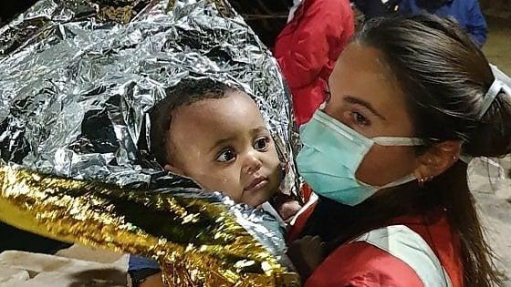 Naufragio di Lampedusa: recuperati cinque corpi, tutte donne. L'Italia concede il porto di Taranto alla Open Arms