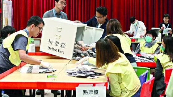 """Hong Kong, l'ondata pro democrazia schiaccia il fronte pro-Pechino. Lam: """"Ascolteremo con umiltà i cittadini"""""""