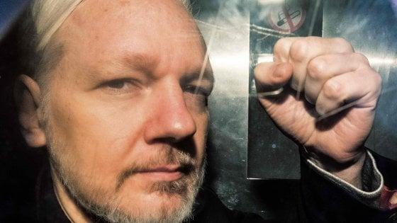 """Gran Bretagna, l'appello dei medici: """"Assange potrebbe morire in carcere"""""""